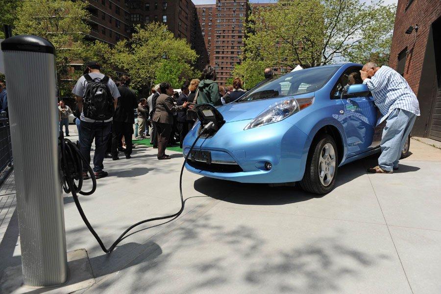 Une Nissan Leaf raccordée à une borne de... (Photo Stan Honda, Agence France-Presse)