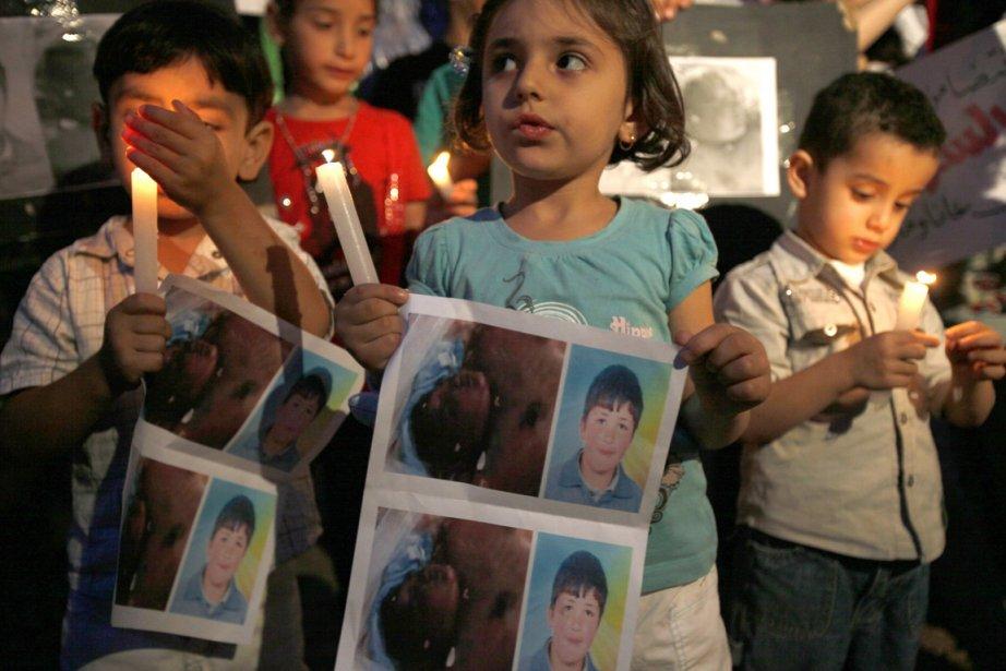 Des enfants tiennent des photos du jeune Hamza... (Photo: Reuters)