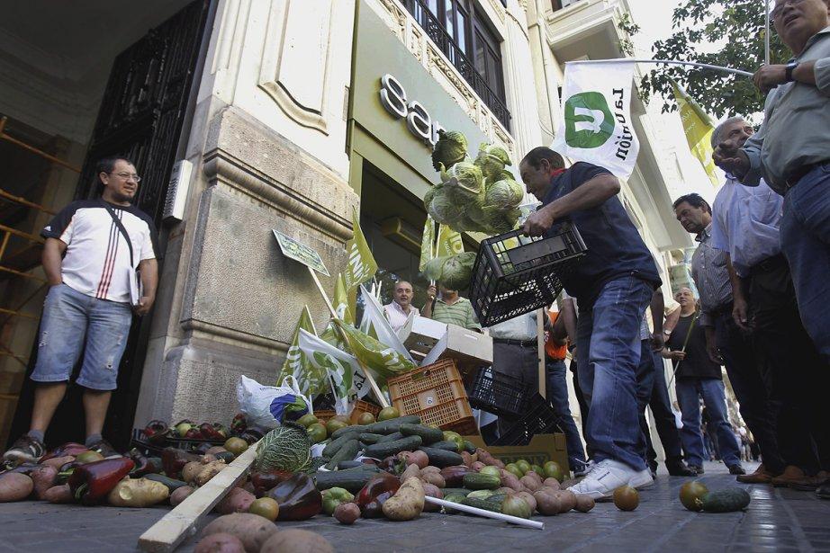 Des agriculteurs espagnols en colère ont jeté, hier,... (Photo: AP)