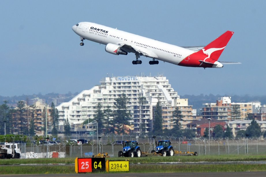Un avion de la compagnie Qantas, à l'aéroport... (Photo: AP)