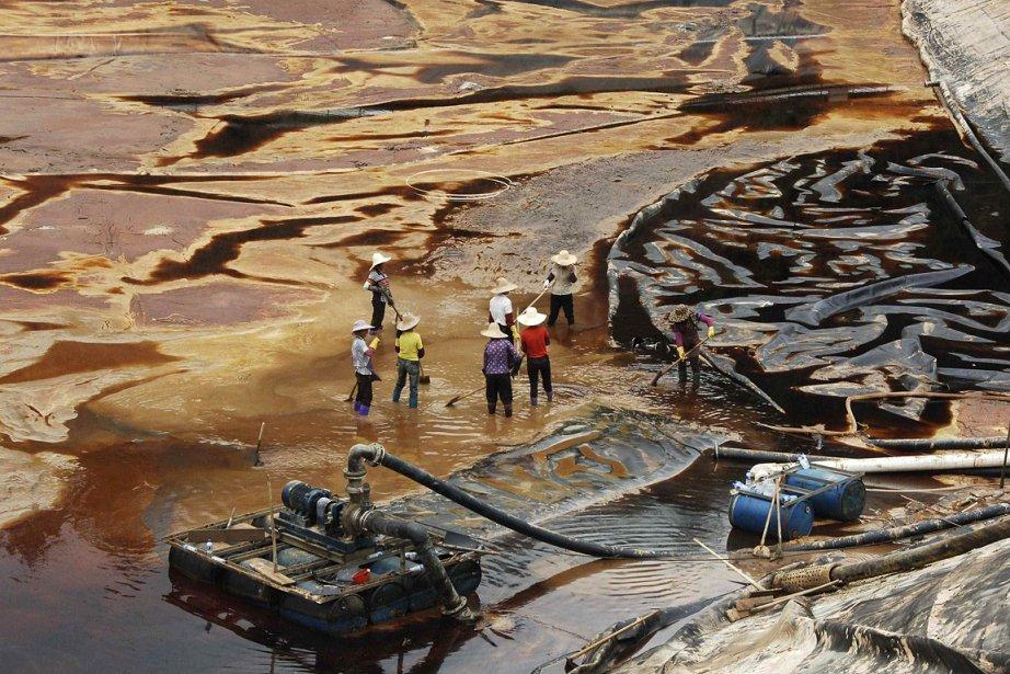 Des ouvriers nettoient les dégâts d'une mine de... (Photo: Reuters)