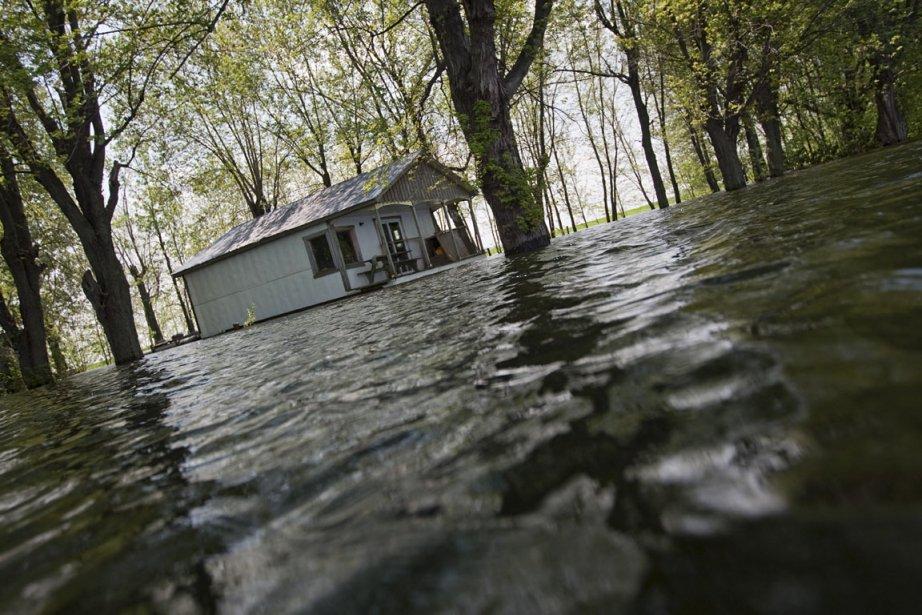 L'eau est si haute dans les rues qu'il... (Photo: Ivanoh Demers, La Presse)