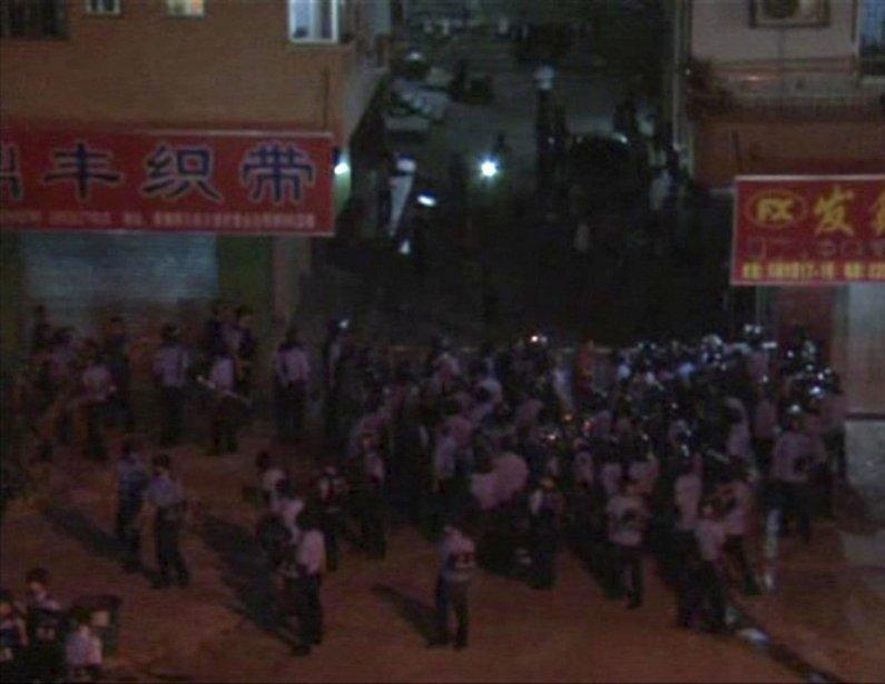 Image tirée d'une vidéo. Des policiers anti-émeutes tentent d'arrêter des manifestants. | 15 juin 2011