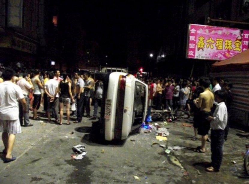 Des résidants se rassemblent après un affrontement avec les forces de l'ordre. | 15 juin 2011