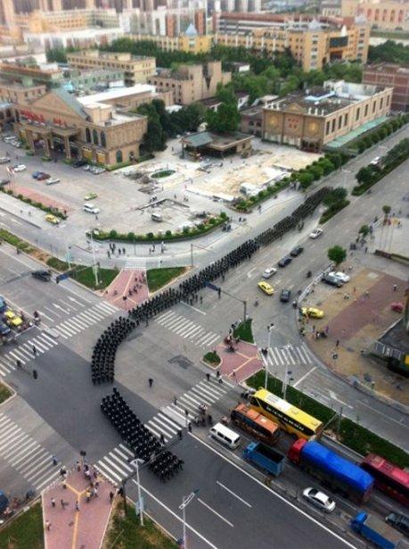 Des centaines de policiers anti-émeutes font leur entrée dans la ville Xintang. | 15 juin 2011