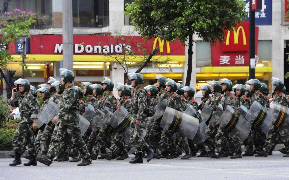 Les policiers patrouillent dans les rues de Xintang et procèdent à l'installation de barrages routiers | 15 juin 2011