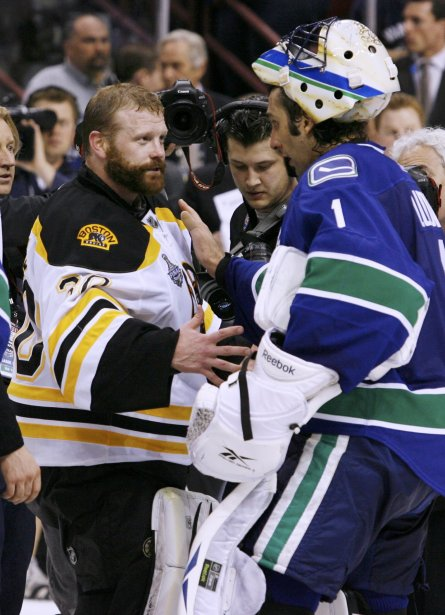 Tim Thomas reçoit les félicitations de Roberto Luongo. (Photo Reuters)