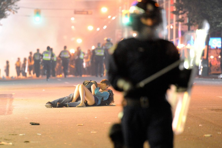 Un couple s'embrasse dans la rue pendant les...