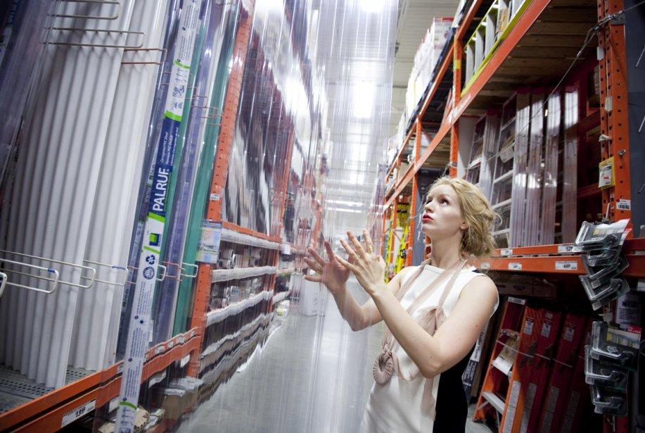 Lisa-Marie Fortin examine un panneau en PVC ondulé... (Photo: Marco Campanozzi, La Presse)