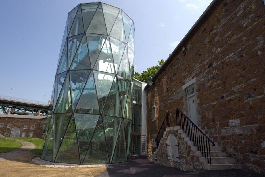 Greffée au milieu du bâtiment, la nouvelle tour... (Photo: Alain Roberge, La Presse)