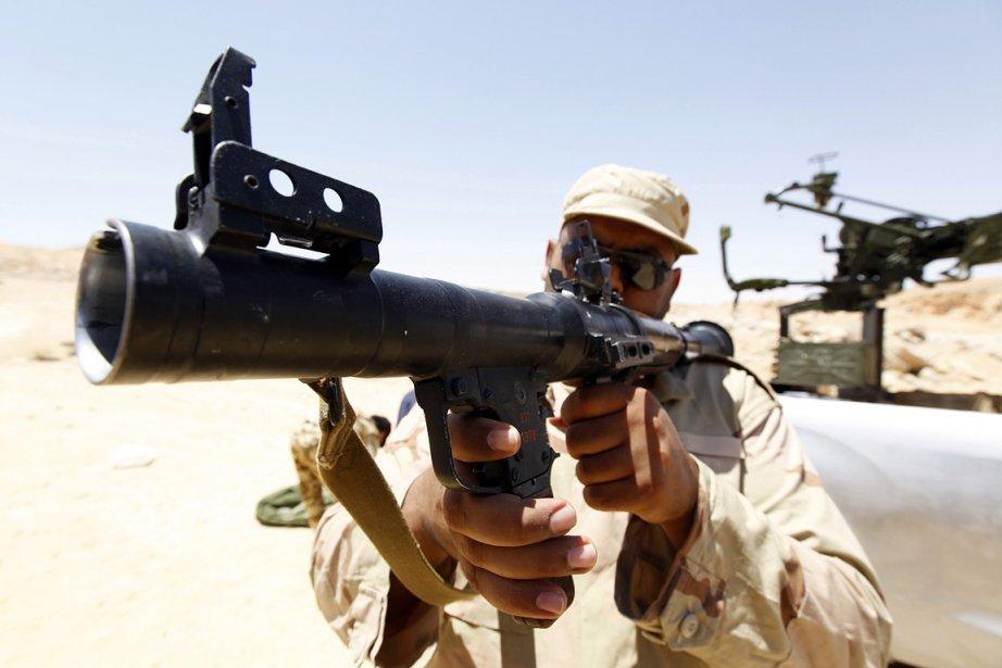 Un rebelle vérifie le bon fonctionnement de son... (Photo: Reuters)
