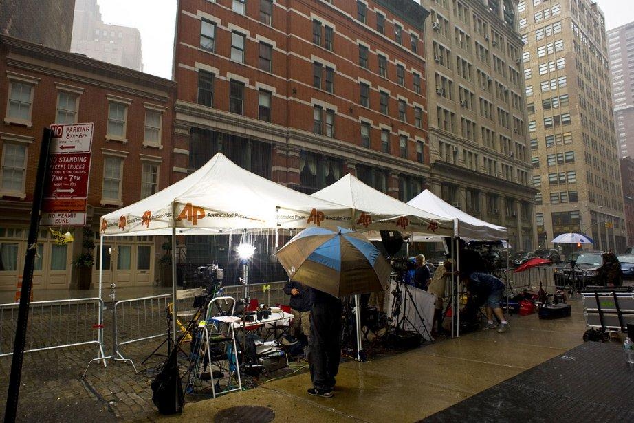 Des journalistes attendent patiemment près des appartements de... (Photo: AFP)