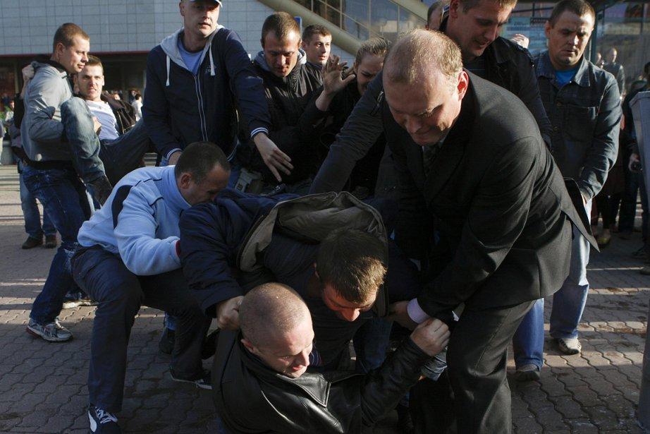 La police a tiré des gaz lacrymogènes pour... (Photo: Reuters)