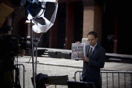Un reporter montre la Une du New York... (Photo: Reuters)