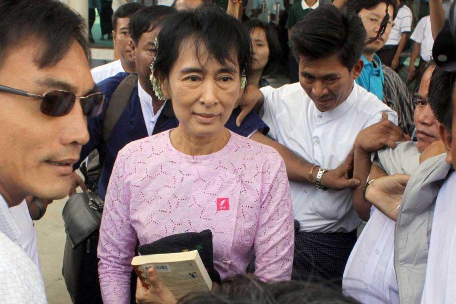 Aung San Suu Kyi à son arrivée lundi... (Photo AFP)