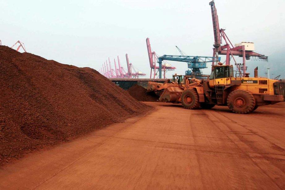 Des minéraux de «terre rare» sont transbordés dans... (Photo Reuters)