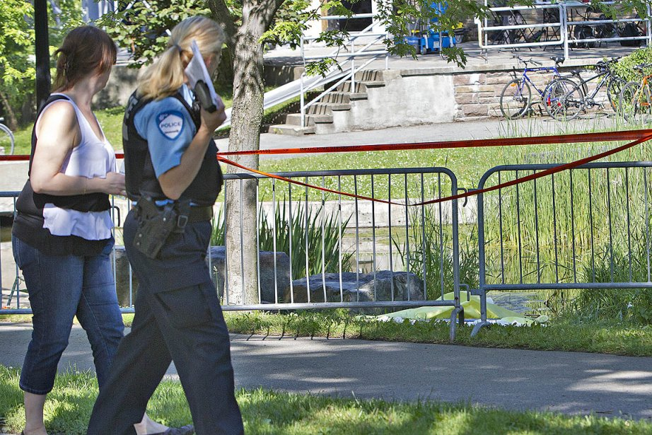Ce matin, des policiers surveillaient toujours la scène... (Photo: Patrick Sanfaçon, La Presse)