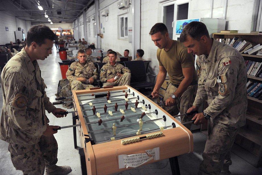 Des soldats jouent au soccer sur table en... (Photo: Shah Marai, AFP)