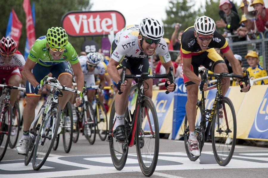 Le Britannique Mark Cavendish (au centre) a devancé... (Photo: AFP)