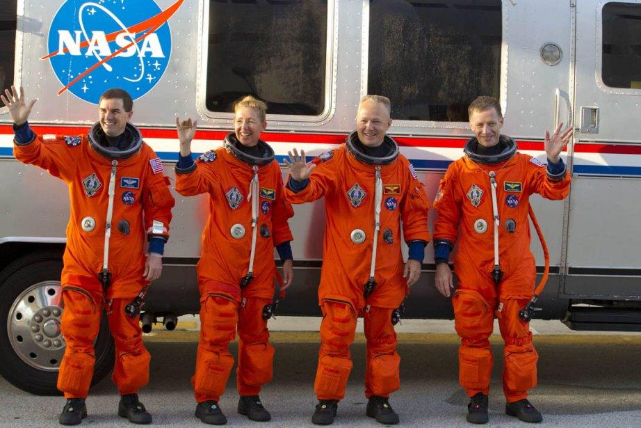 Les astronautes Rex Walheim et Sandra Magnus ainsi... (Photo: Reuters)