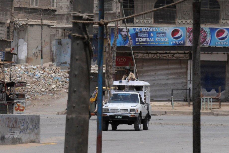 Des paramilitaires pakistanais patrouillent dans les rues de... (Photo AFP)