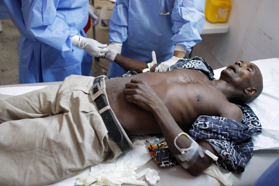 Un patient souffrant des symptômes du choléra reçoit... (Photo Reuters)