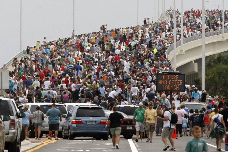 Des spectateurs sur un pont pour assister au... (Photo Reuters)