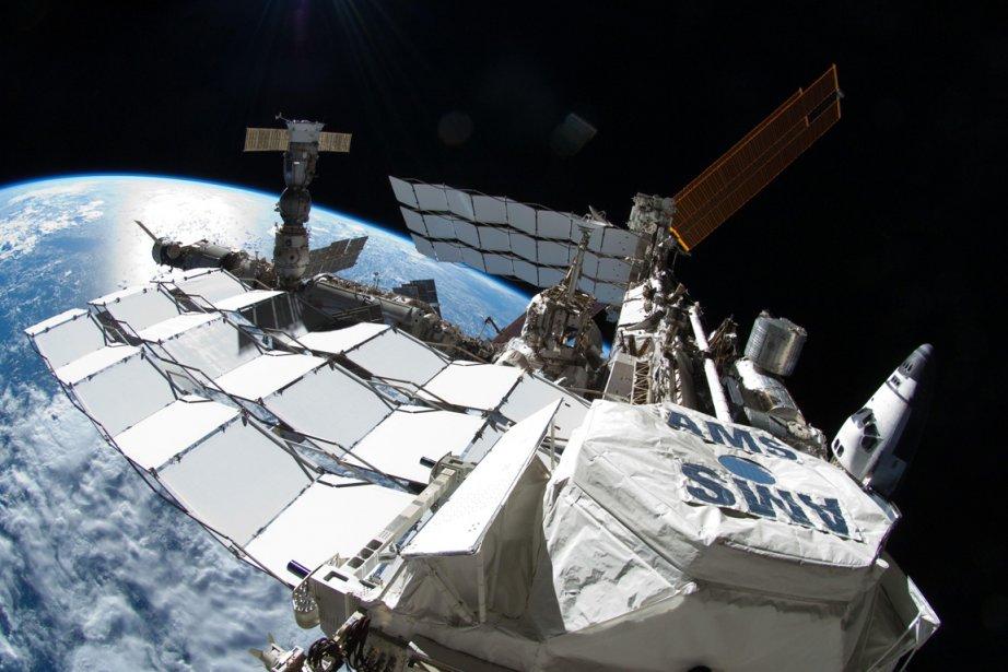 La navette Atlantis et une fusée Soyouz sont... (Photo: AFP/Nasa)