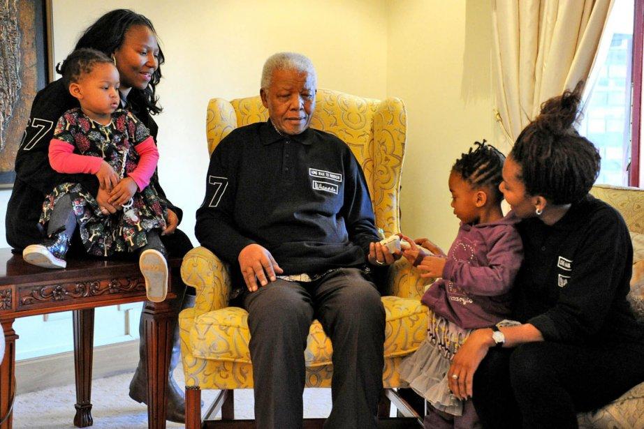 Nelson Mandela (au centre), entouré de membres de... (Photo: Peter Morey, AP)