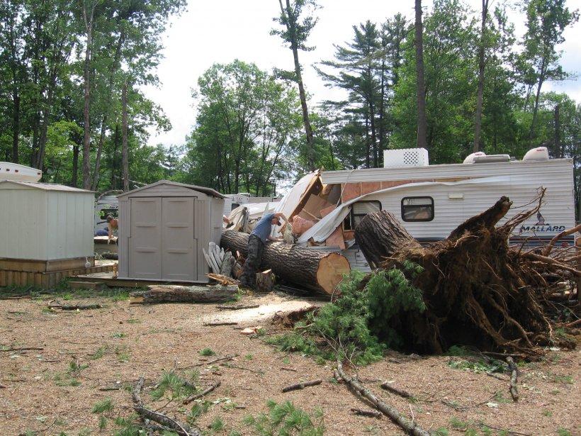 Le terrain de camping du Lac-Vert a été ravagé par les rafales, dimanche soir. De nombreuses roulottes ont été lourdement endommagées. (Charles Thériault, LeDroit)
