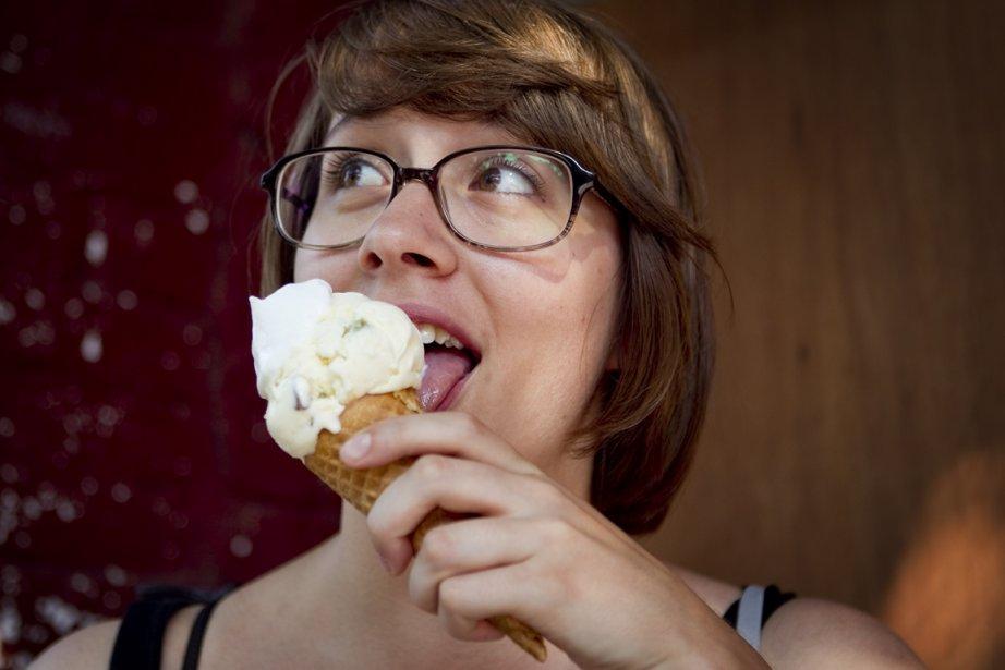 Megane Voghell déguste un cornet de crème glacée,... (Photo Marco Campanozzi, La Presse)