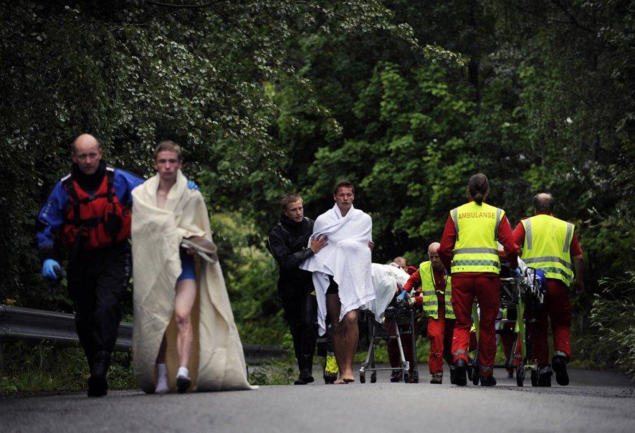 Des secouristes tentent de réconforter des jeunes pris dans la fusillade. | 23 juillet 2011