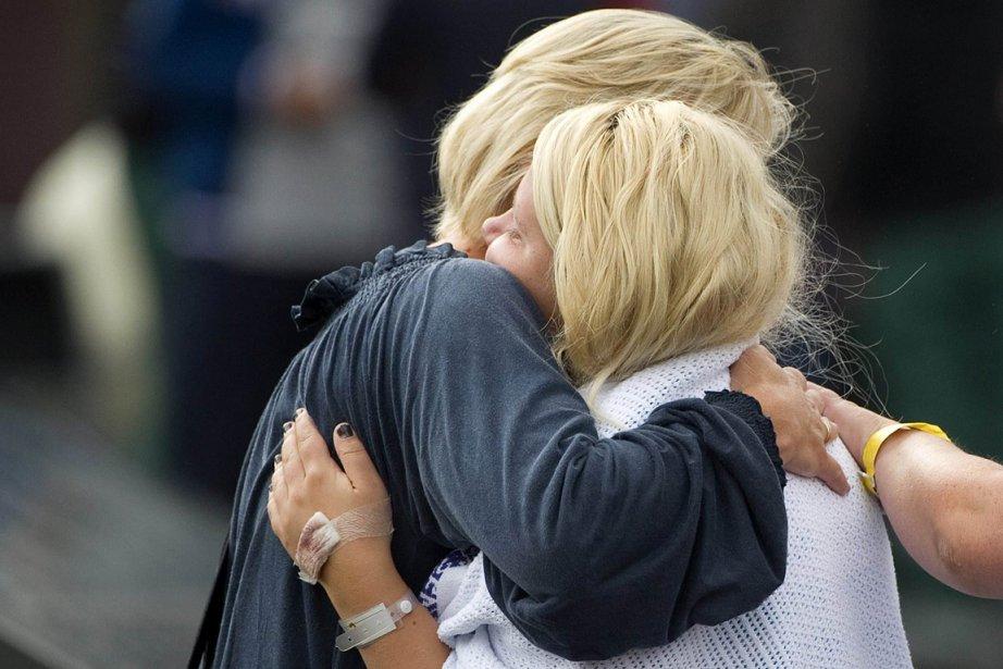 Une survivante de la fusillade, à gauche, retrouve sa mère. | 23 juillet 2011