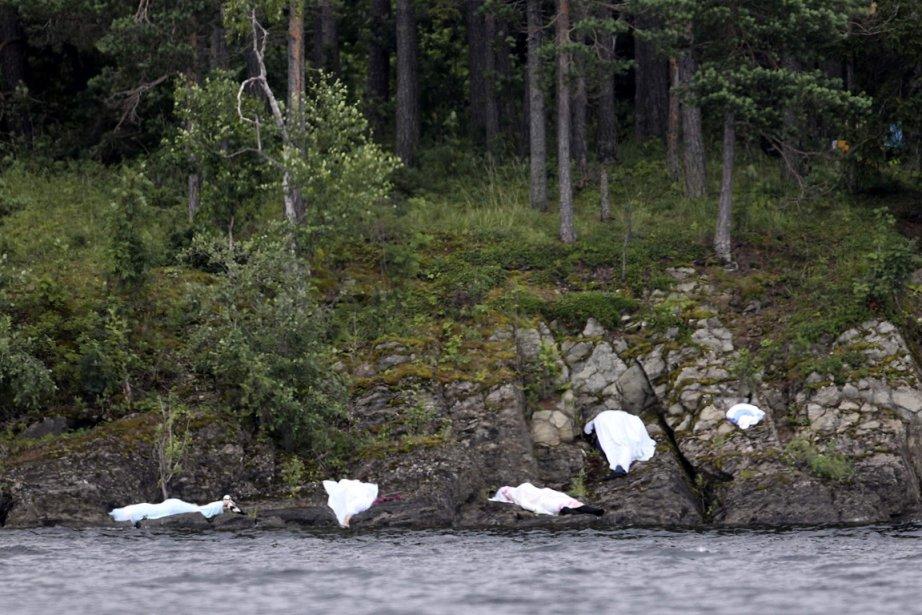 Plusieurs corps gisent sur le bord de l'eau. Des dizaines de personnes ont tenté de s'échapper en nageant dans l'eau. Le suspect aurait tiré sur certaines d'entre elles. | 23 juillet 2011