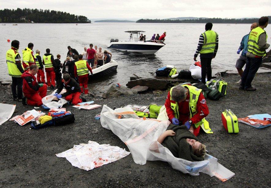 Des témoins ont rapporté que plusieurs jeunes avaient tenté de fuir l'île à la nage en se jetant à l'eau. | 23 juillet 2011