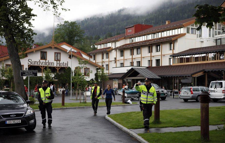 La police garde un hôtel où des survivants et des membres de leur famille se sont rassemblés. | 23 juillet 2011