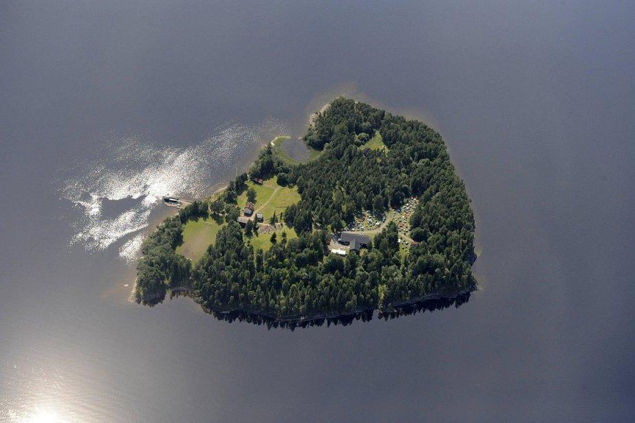 L'île d'Utoya, près d'Oslo. Le tireur serait arrivé sur l'île d'Utoeya en bateau, habillé en policier. | 23 juillet 2011