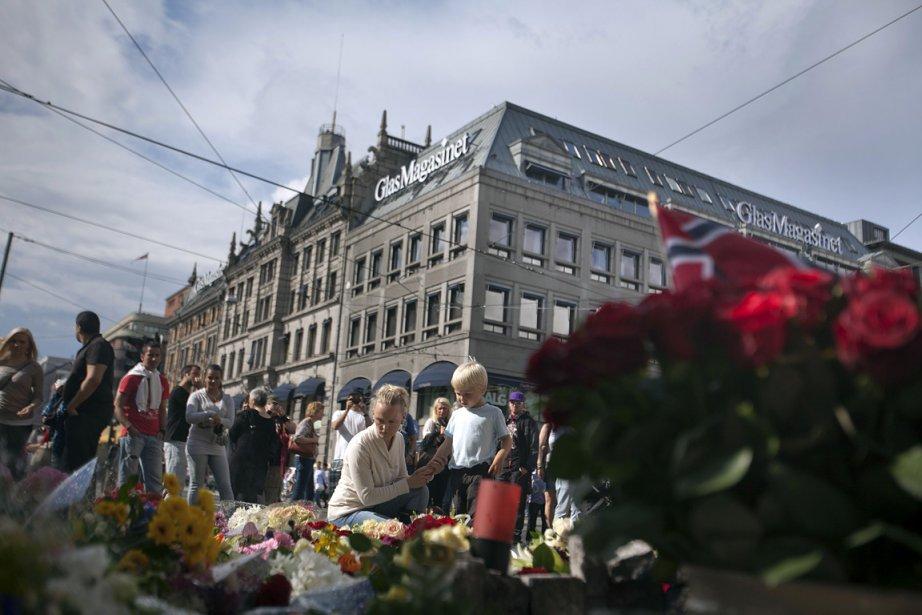 Bouleversés, les gens ont déposé samedi des fleurs pour rendre hommage aux victimes du massacre en Norvège du 22 juillet, qui a fait au moins 76 morts. Au moins 68 personnes sont mortes au cours d'une fusillade sur l'île d'Utoya, près d'Oslo, et sept autres l'or d'une explosion à Oslo. | 23 juillet 2011