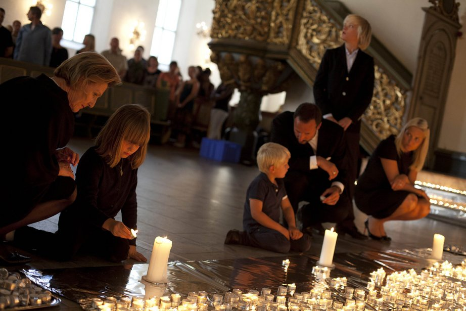 La famille royale allume des chandelles à la Cathédrale d'Oslo samedi en hommage aux victimes du massacre en Norvège. De gauche à droite, la reine de la Norvège, Sonja, la princesse Ingerid Alexandra, le prince Sverre Magnus, le prince couronné Haakon, Marius et la princesse couronnée Mette-Marit | 23 juillet 2011