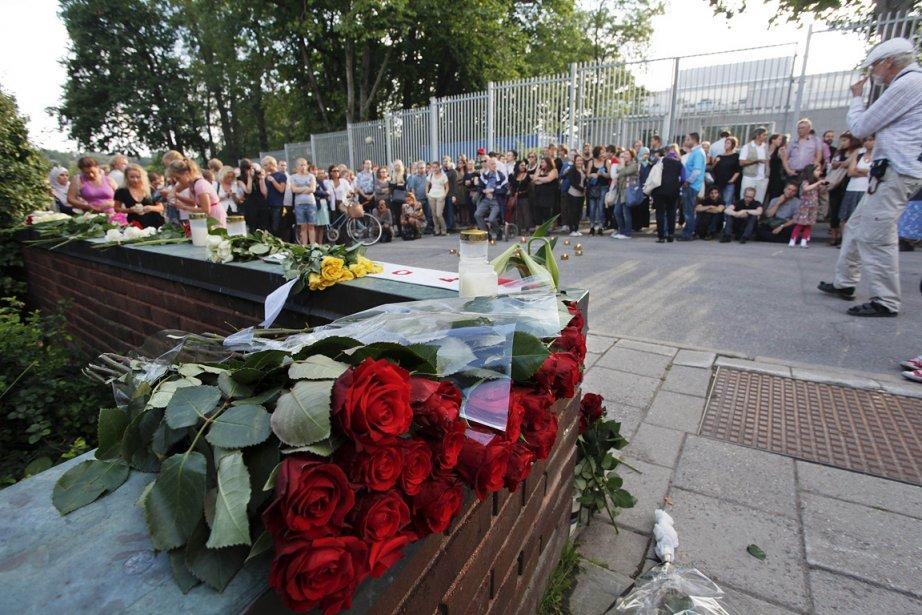 Partout en Norvège, les gens défilent samedi pour déposer des fleurs et rendre hommage aux victimes de la tuerie. | 23 juillet 2011
