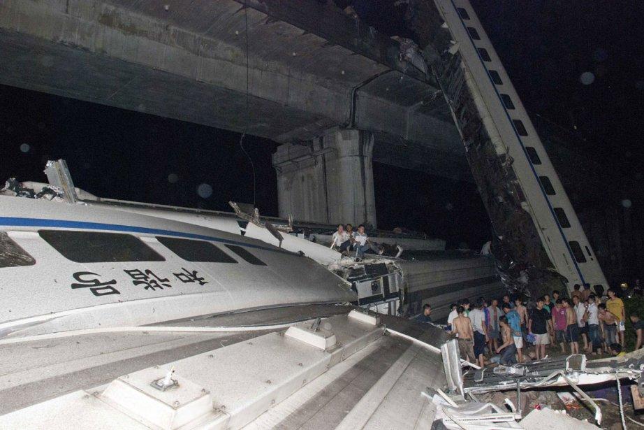 La collision a entraîné la chute d'un viaduc... (Photo: Reuters)