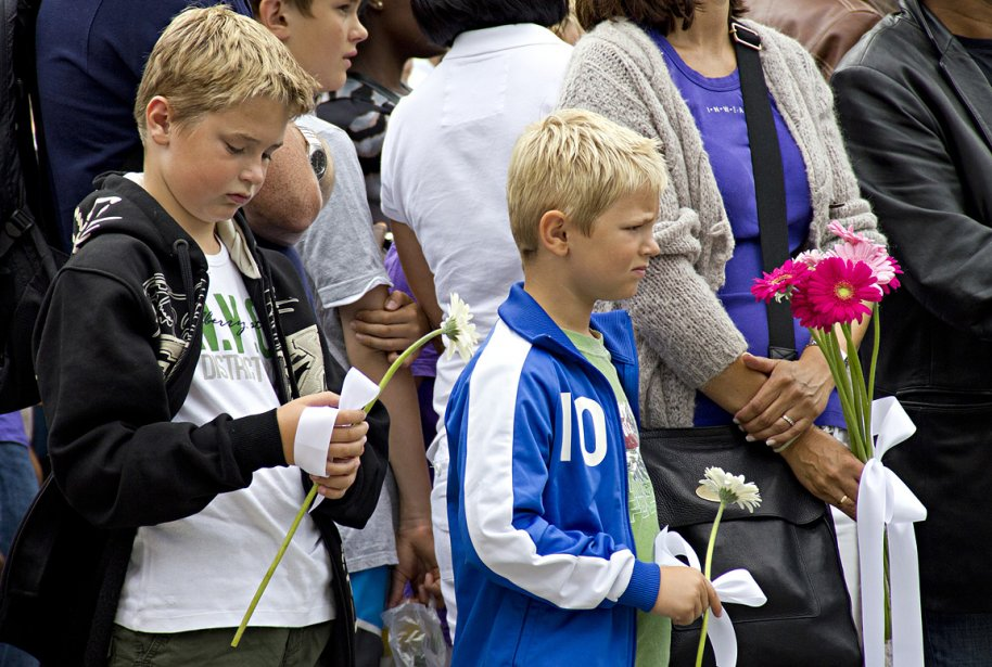 Bouleversés, les gens rendent hommage dimanche aux victimes du massacre en Norvège du 22 juillet, qui au moins 76 morts. | 24 juillet 2011