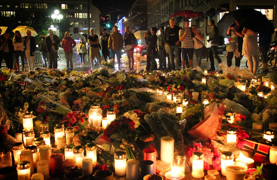 Samedi soir, le fin crachin qui s'abattait sur la capitale norvégienne faisait crépiter les centaines de bougies qui jonchaient la devanture de l'église Domkirke, aux côtés de drapeaux norvégiens, de bouquets de fleurs et de messages d'espoir écrits à la va-vite sur des bouts de carton. | 24 juillet 2011