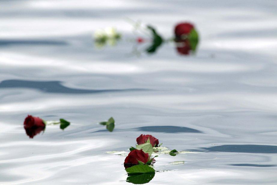 Des fleurs ont été jetées à l'eau près l'île d'Utoya où une fusillade a fait au moins 68 morts. | 24 juillet 2011