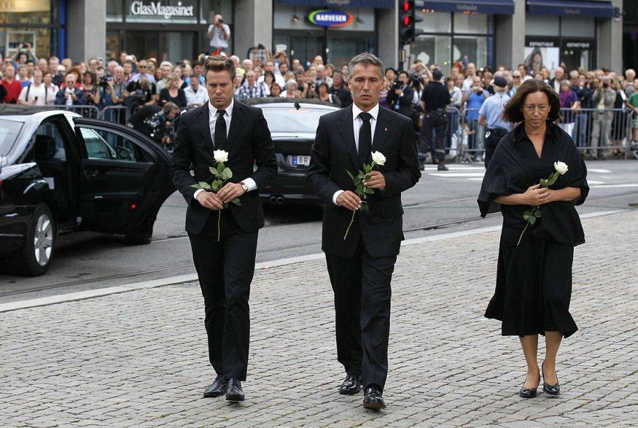Le premier ministre norvégien Jens Stoltenberg (au centre), sa femme Ingrid Schulerud et Eskil Pedersen (à droite), leader de la jeunesse travailliste qui tenait un camp d'été sur l'île d'Utoya. Le premier ministre a exprimé la douleur de son pays durant une cérémonie religieuse dimanche matin. | 24 juillet 2011