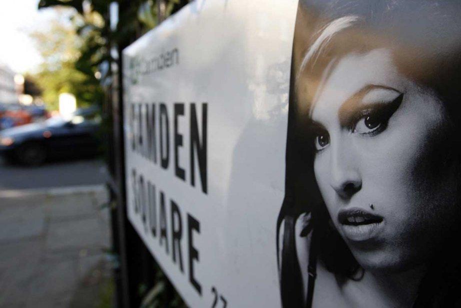 Une photo d'Amy Winehouse est apposée à une... (Photo: Akira Suemori, AP)