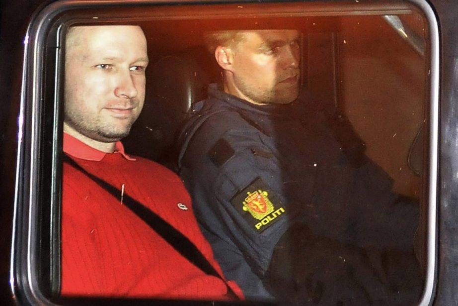 Anders Behring Breivik quitte le tribunal d'Oslo escorté... (Photo: Reuters)