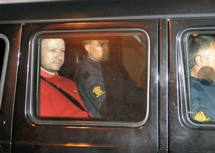 Anders Behring Breivik (vêtements rouges)... (Photo AFP)