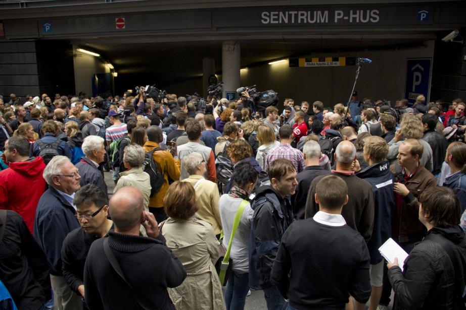 Plusieurs centaines de personnes s'étaient massées lundi à l'entrée du tribunal d'Oslo afin d'attendre l'arrivée du présumé responsable du carnage qui a fait au moins 76 morts. | 26 juillet 2011