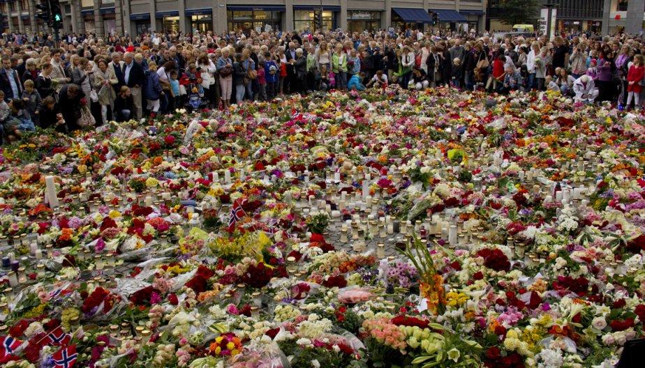L'entrée de la cathédrale d'Oslo s'est transformée en lieu de recueillement, où des milliers de Norvégiens ont rendu hommage aux victimes de Breivik. | 26 juillet 2011